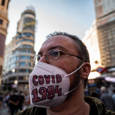 "Un homme porte un masque avec l'inscription ""Covid 1984"" lors d'une manifestation à Madrid, le 13 juin 2020. (MARCOS DEL MAZO / LIGHTROCKET / GETTY IMAGES)"