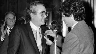 Jack Lang, alors ministre de la Culture, décorant Michel Legrand le 12 novembre 1984 (PHILIPPE BOUCHON / AFP)