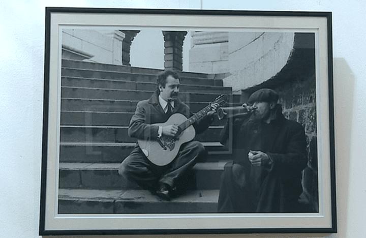 Georges Brassens, immortalisé la guitare à la main par Robert Doisneau  (Capture d'écran France 3/Culturebox)