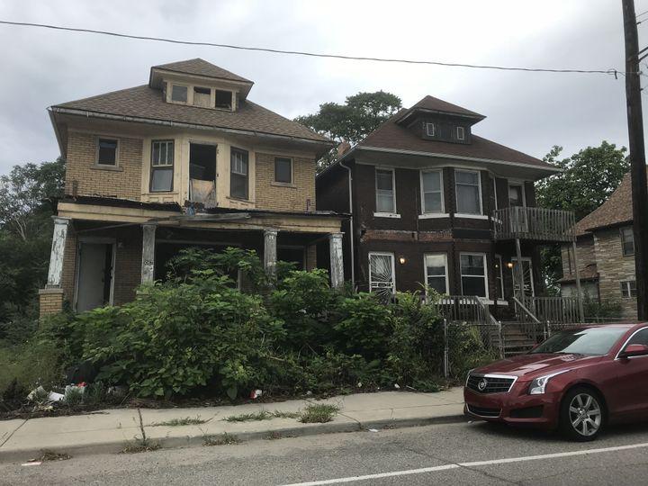 Avec le développement de l'industrie automobile, les habitants avaient préféré à l'époque acheter des maisons individuelles plutôt que de vivre en immeuble, parfois avec des crédits aux taux exorbitants. Aujourd'hui, beaucoup sont à l'abandon. (GREGORY PHILIPPS / FRANCEINFO)