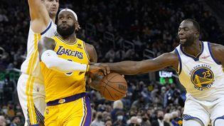 Lebron James face aux Golden State Warriors en match de pré-saison le 8 octobre 2021. (THEARON W. HENDERSON / GETTY IMAGES NORTH AMERICA)