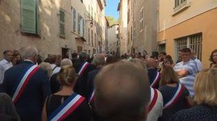 La cérémonie en l'honneur du maire décédé à Signes (Var) était remplie d'émotion vendredi 9 août. De nombreux habitants du village étaient venus pour lui rendre un dernier hommage. Thomas Cuny revient sur la cérémonie, en direct sur place. (FRANCE 3)