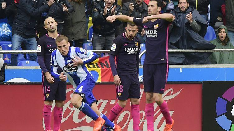 Alex Bergantinos peut laisser éclater sa joie face à la détresse des Barcelonais Busquets, Mascherano et Alba (MIGUEL RIOPA / AFP)
