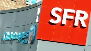 Deux enseignes Bouygues Telecom et SFR, côte à côteà Dunkerque (Nord), le 1er avril 2014. (PHILIPPE HUGUEN / AFP)