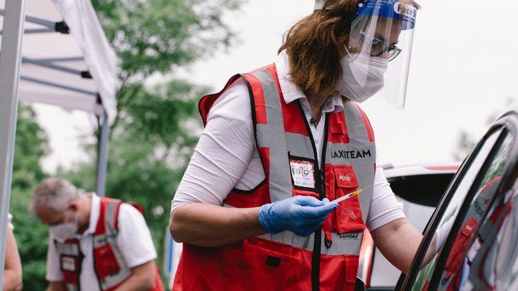 """Un """"vacci-drive"""" a été mis en place à Meerbusch (Allemagne), permettantde vacciner les habitants au vaccin Janssen, le 5 juin 2021. (YING TANG / NURPHOTO / AFP)"""