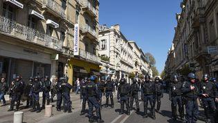 """Des policiers dans le centre-ville d'Avignon (Vaucluse), lors du 20e samedi de mobilisation des """"gilets jaunes,"""" le 30 mars 2019. (BORIS HORVAT / AFP)"""