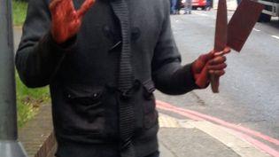 Capture d'écran d'une vidéo d'un des deux agresseurs d'un soldat britannique, égorgé le 22 mai 2013 dans le quartier de Woolwich, à Londres. (THE SUN / AFP)