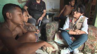 Albina Rosa, médecin pour l'ONG Caritas, rend visite à des enfants dans un bidonville de La Guaira (Venezuela). (FRANCE 2)