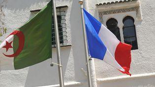 Les drapeaux Algériens et Français à ALger, le 16 juillet 2012. (RYAD KRAMDI / MAXPPP)
