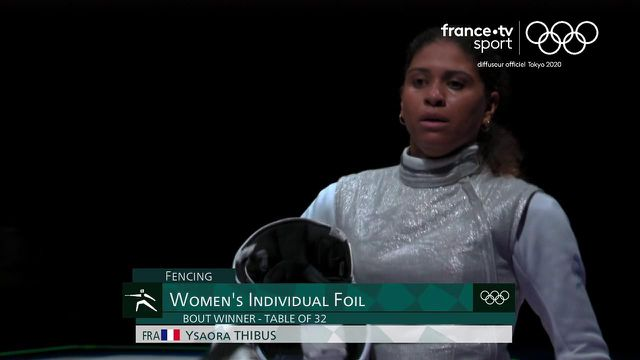 Ysaora Thibus redonne le sourire à l'escrime française en battant la Hongroise Flora Pasztor 15-13 ! Elle se hisse en huitièmes de finale du fleuret.