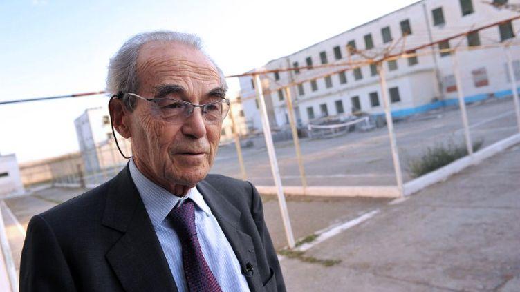 L'ancien président du Conseil constitutionnel Robert Badinter visite une prison à Lezhë (Albanie), le 12 octobre 2011. (GIL FORNET / AFP)