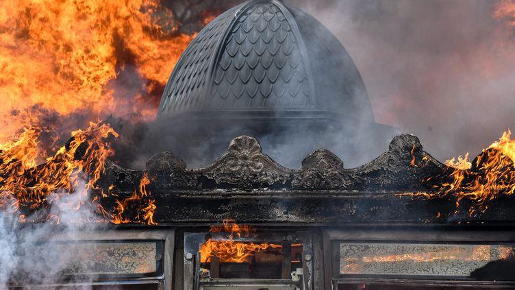 """Un kiosque incendié sur les Champs-Elysées, samedi 16 mars, lors de la manifestation des """"gilets jaunes"""". (JULIEN MATTIA / LE PICTORIUM / MAXPPP)"""