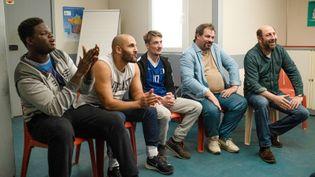 "Lamine Cissokho, David Ayala, Kad Merad, Pierre Lottin, Saïd Benchnafa dans ""Un Triomphe"" d'Emmanuel Courcol (CAROLE BETHUEL)"