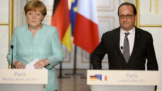 Angela Merkel et François Hollande face à la presse, à l'issue d'un entretien à l'Elysée sur la Grèce, le 6 juillet 2015. (BERTRAND GUAY / AFP)
