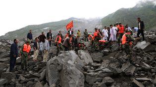 Des sauveteurs interviennent après un glissement de terrain, dans la province du Sichuan, samedi 24 juin 2017. (HE QINGHAI / XINHUA / AFP)