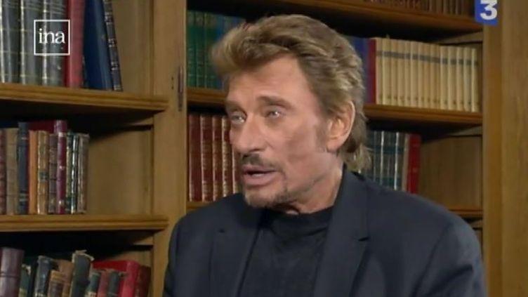 Capture d'écran montrant Johnny Hallyday lors d'un entretien sur France3 Nord-Pas-de-Calais, le mars 2006 avec le journalisteMartinIgier (FRANCE 3)
