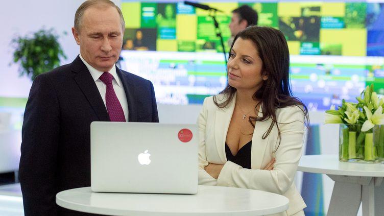 Le président russe, Vladimir Poutine, et la directrice de l'information de la chaîne de télévision Russia Today,Margarita Simonyan, célèbrent les dix ans de la chaîne, le 10 décembre 2015, à Moscou. (SERGEY GUNEEV / RIA NOVOSTI)