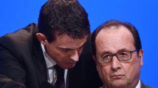 Manuel Valls et François Hollande, lors du congrès des maires, à Paris, le 18 novembre 2015. (STEPHANE DE SAKUTIN / AFP)