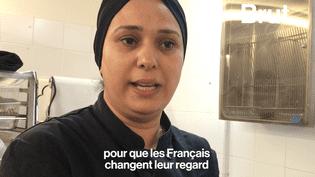 """Brut a rencontré Hasnaa,réfugiée syrienne, arrivée en France il y a 3 ans. Aujourd'hui, elle partage ses connaissances culinaires chez un traiteur solidaire : les """"Cuistots Migrateurs"""". (Brut)"""