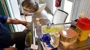 Une infirmière prélève du sang en vue d'un test sérologique Covid-19, le 13 mai 2020, à Nancy (Meurthe-et-Moselle). (ALEXANDRE MARCHI / MAXPPP)