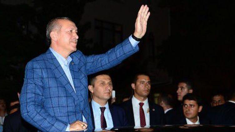 Recep Tayyip Erdogan au soir de sa victoire lors de la présidentielle, le 10 août 2014, salue ses partisans à Ankara. (FATIH AKTAS / ANADOLU AGENCY)