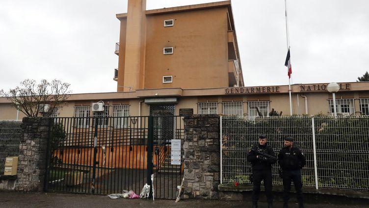 La gendarmerie de Carcassonne, le 24 mars, où les habitants viennent rendre hommage au lieutenant-colonel Beltrame. (MAXPPP)