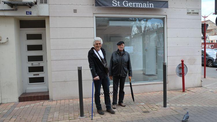 Serge et Jean, devant le local qui aurait été louépar des proches de Jérôme Cahuzac pour installer une permanence électorale, àVilleneuve-sur-Lot, le 16 mai 2013. (THOMAS BAIETTO / FRANCETV INFO)