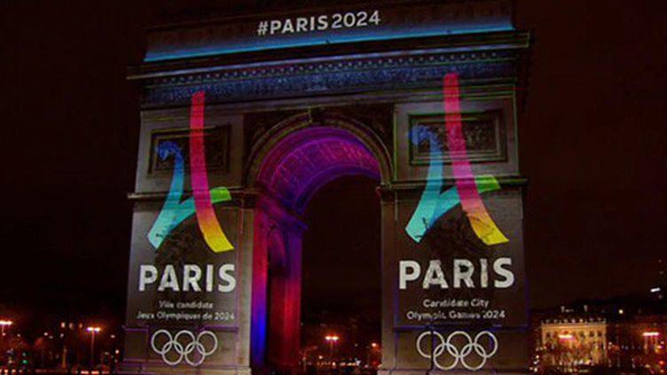 Le logo de la candidature de Paris-2024 s'affiche sur l'Arc de Triomphe