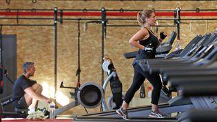 Une femme s'entraîne dans une salle de sport à Mulhouse (Haut-Rhin), le 4 juin 2020. (MAXPPP)