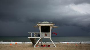 Un poste de secours sur la place de Las Olas àFort Lauderdale (Floride), le 2 septembre 2019. (EVA MARIE UZCATEGUI / AFP)