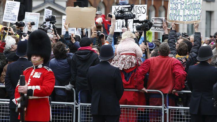 Des centaines d'anti-Thatcher à Londres (Royaume-Uni) sous haute surveillance, le17 avril 2013. (JUSTIN TALLIS / AFP)