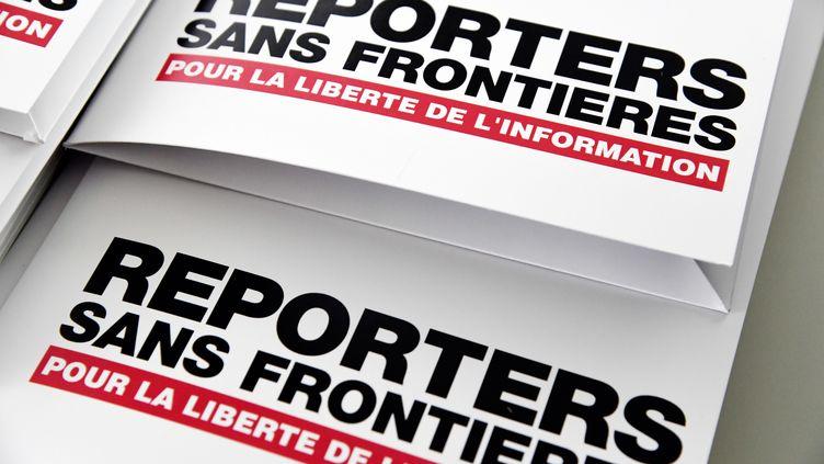 Un dossier aux couleurs de Reporters sans frontières rendu publicle 25 avril 2018, à Paris. (BERTRAND GUAY / AFP)