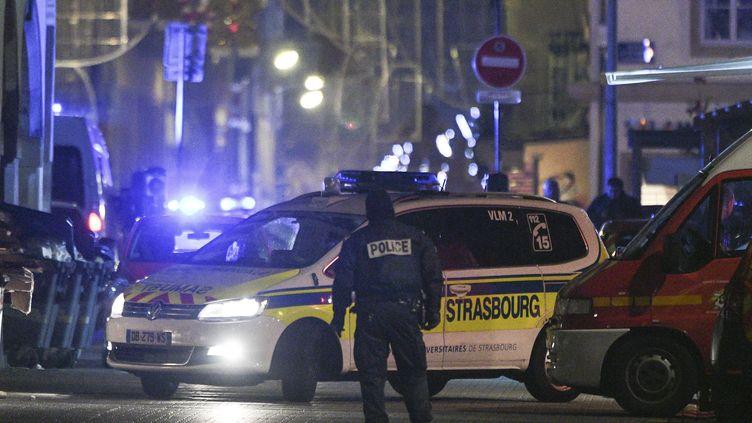 Des policiers et des services de secours à Strasbourg (Bas-Rhin), le 12 décembre 2018, quelques heures après la fusillade dans le centre-ville. (SEBASTIEN BOZON / AFP)