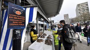 Un marché à Boulogne-sur-Mer, le 28 mars 2021. (MAXPPP)