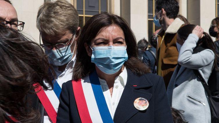 La maire (PS) de Paris, Anne Hidalgo, lors d'une manifestation pour demander justice pour Sarah Halimi, le 25 avril 2021, à Paris. (ANDREA SAVORANI NERI / NURPHOTO / AFP)