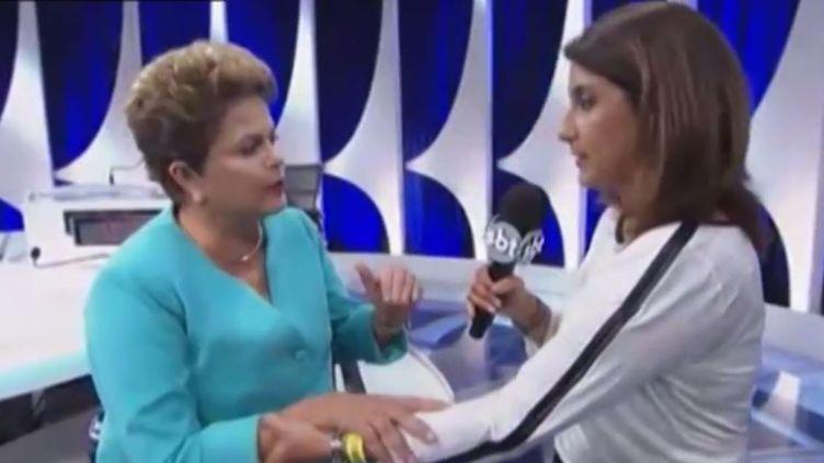 La présidente brésilienne Dilma Rousseff est prise d'un léger vertige, le 16 octobre 2014 lors d'une interview à latélévision. ( YOUTUBE)