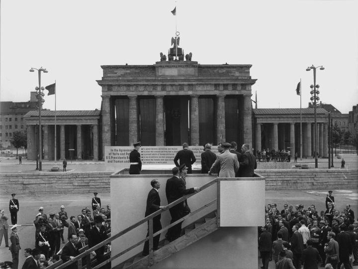 Le président Kennedy (de dos, au centre), face à la porte de Brandebourg, à Berlin (Allemagne), le 26 juin 1963. (DPA / AFP)
