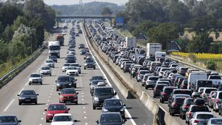 Des automobilistes sont coincés dans les bouchons sur l'autoroute A7 au niveau de Vienne (Isère), le 4 août 2018. (PHILIPPE DESMAZES / AFP)