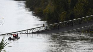 Les secours sont à l'œuvre dans le Tarn, lundi 18 novembre 2019, après l'effondrement d'un pont suspendu à Mirepoix-sur-Tarn (Haute-Garonne). (ERIC CABANIS / AFP)