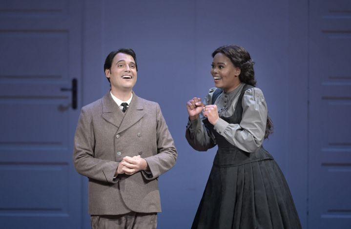 """Francesco Demuro (Elvino) et Pretty Yende (Amina) dans """"La Somnambule"""" de Bellini au Théâtre de Champs-Elysées, ici le 12 juin 2021. (VINCENT PONTET)"""