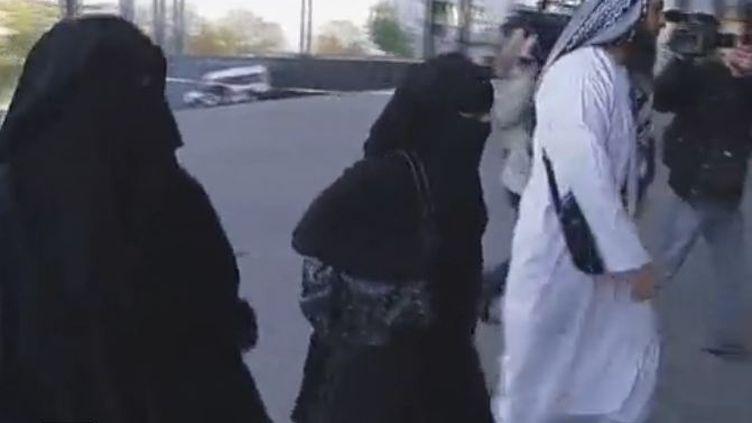 Lies Hebbadj, sa femme et sa concubine arrivent au Tribunal de police de Nantes - lundi 21 novembre 2011 (FTVi / Anne Guillé-Epée et Fabien Tormos / France 2)