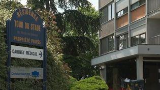 Un homme a tué son ex-compagne en la poussant par la fenêtre du 8ème étage d'un immeuble, vendredi 4 juin, à Colmar (Haut-Rhin). Le meurtrier présumé a été placé en garde à vue. Il avait déjà été condamné pour violences conjugales. (CAPTURE ECRAN FRANCE 2)