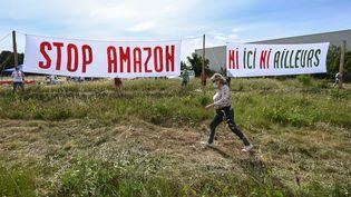 Des militants d'Attac lors d'une manifestation contre un projet de construction d'un entrepôt Amazon à Fournès (Gard), le 29 mai 2021. (PASCAL GUYOT / AFP)