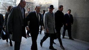 L'ancien producteur de cinéma Harvey Weinstein, poursuivi pour viols et agressions sexuelles, arrive à la Cour suprême de New York, le 22 janvier 2020. (TAYFUN COSKUN / ANADOLU AGENCY / AFP)