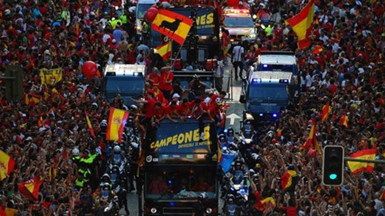 Le bus transportant l'équipe d'Espagne cerné par la foule dans les rues de Madrid