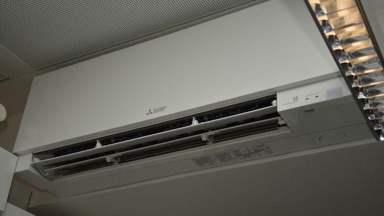 Un climatiseur dans un espace de travail. (JEAN-CHRISTOPHE BOURDILLAT / RADIO FRANCE)