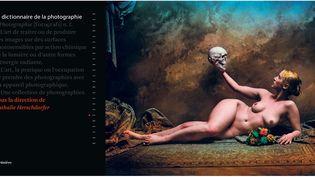 """A gauche, couverture du """"Dictionnaire de la photographie"""",- A droite, Jan Saudek, """"Slavic girl with her father"""", 1998  (A gauche, Editions de la Martinière - A droite © Jan Saudek)"""