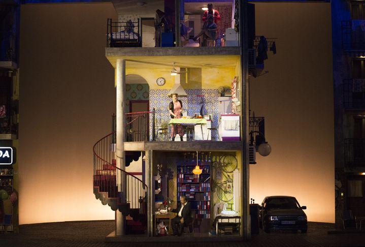 L'immeuble où vivent Rosine et Bartolo  (Bernard Coutant/Opéra national de Paris)