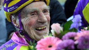 Le cycliste français Robert Marchand aprèssa participation aux 4 000 mètres de Saint-Quentin-en-Yvelines (Yvelines), à 106 ans, le 11 février 2018. (ERIC FEFERBERG / AFP)