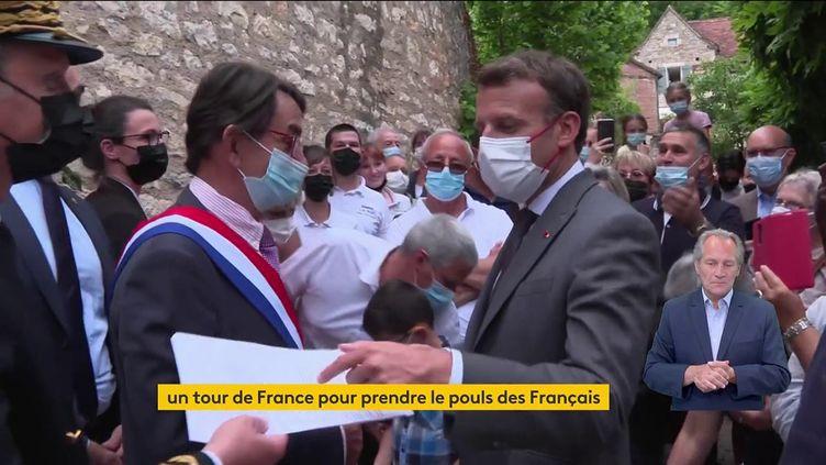 Emmanuel Macron en visite à Saint-Cirq-Lapopie (Lot), le 2 juin 2021. (FRANCEINFO)